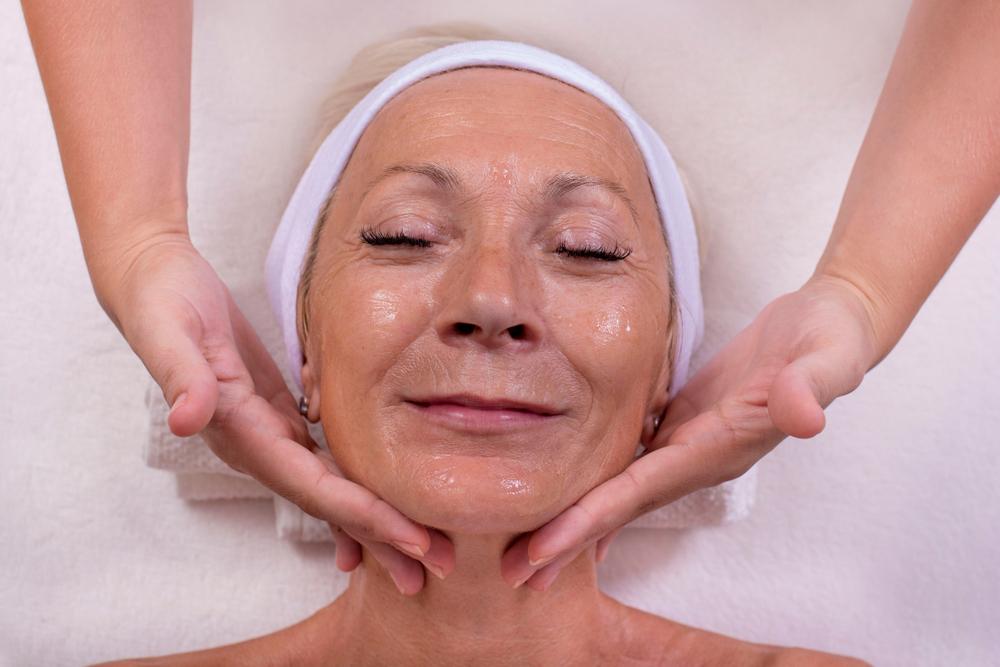 Gesichtsmassage Seniorin